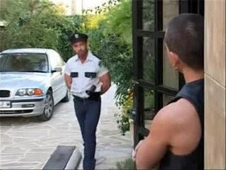 Policial aproveitou | military